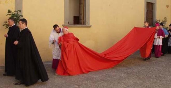 El cardenal cañizares con bata de cola 2